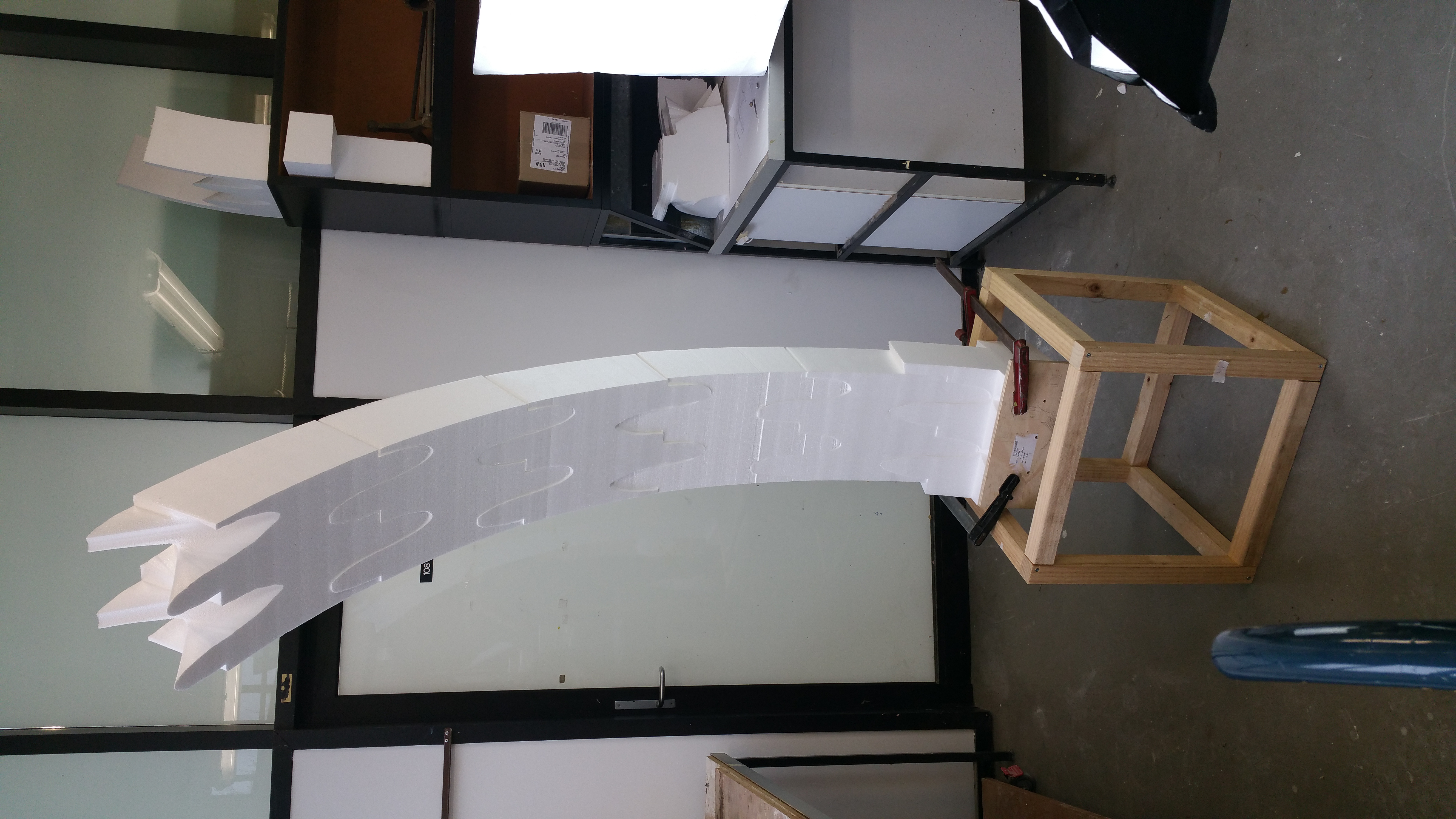 Foam blocks with a wave joint cantilevering